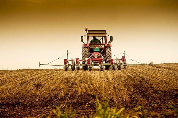 macchina agricola durante un processo di aratura