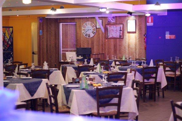 dei tavoli con delle tovaglie blu e bianche