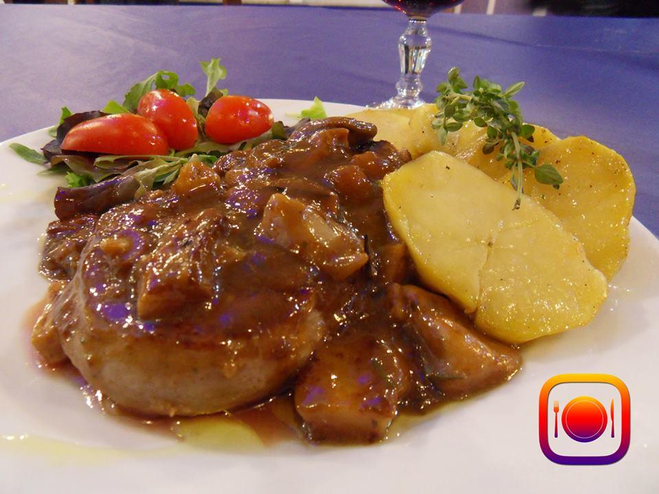 Carne con patate ed insalata