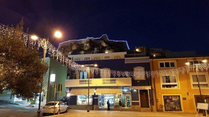 Facciata edificio con illuminazione natalizia a Castelsardo