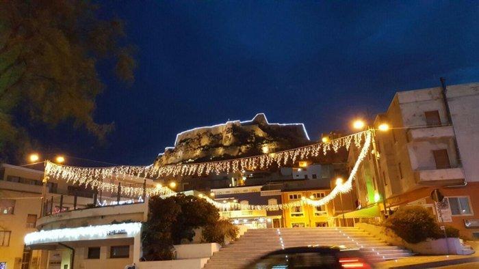 Edificio con luminarie a Castelsardo