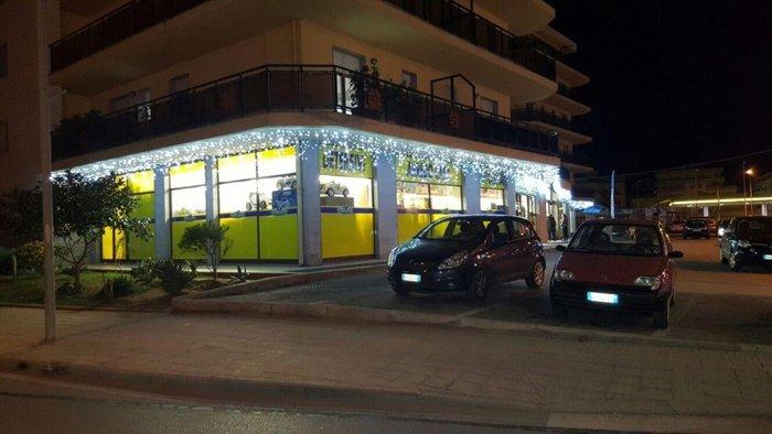 negozio con luminarie natalizie ad Alghero