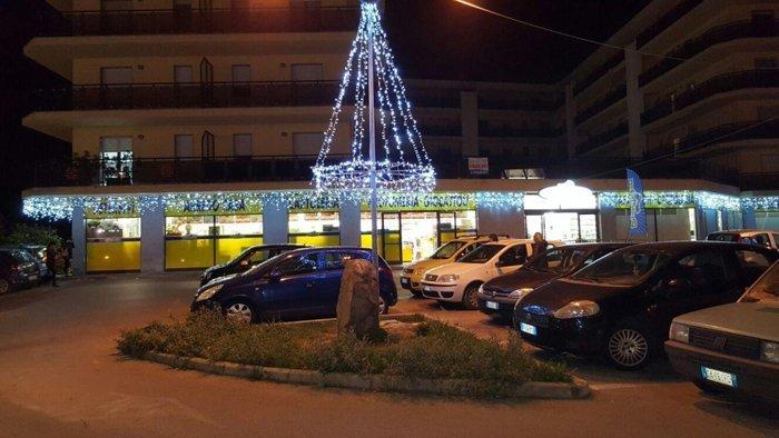 piazza ad Alghero con illuminazione natalizie