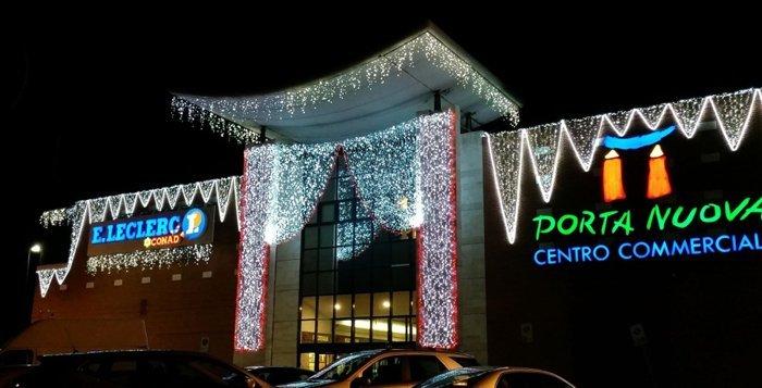 facciata edificio a Oristano con luminarie natalizie