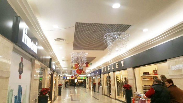 luminarie natalizie a decoro interno centro commerciale