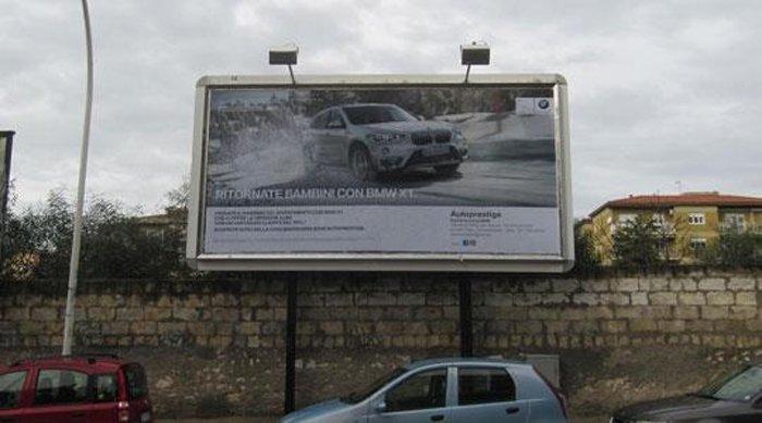 Cartellone pubblicitario con muro sottostante