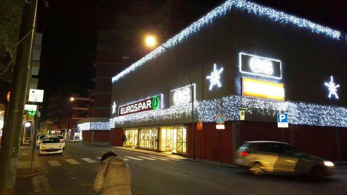 Store con illuminazione a festa a Oristano