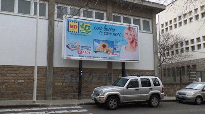 Cartellone pubblicitario accanto ad un edificio
