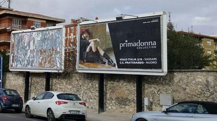 due cartelloni con pubblicità