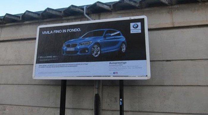cartelloni con pubblicità di auto