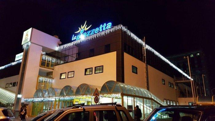 Edificio con illuminazione natalizia