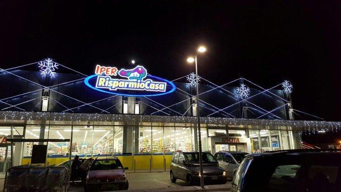 illuminazione a festa su negozio