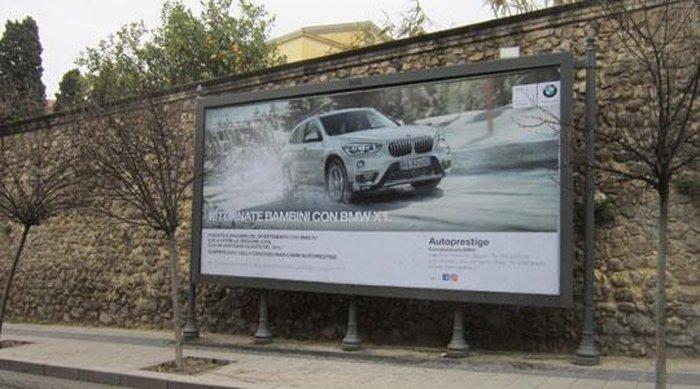 Affissione pubblicità di un'auto