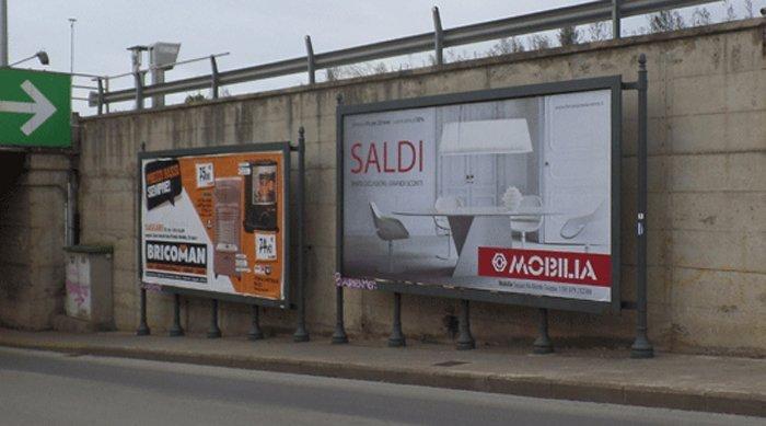 Manifesti pubblicità a bordo della strada