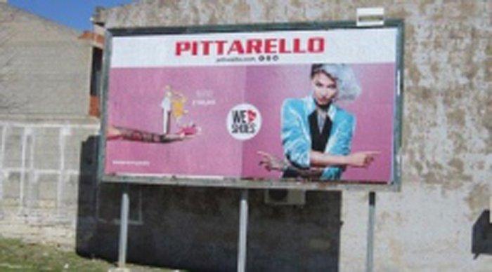 Manifesto pubblicitario in via Aldo Moro a Ittiri