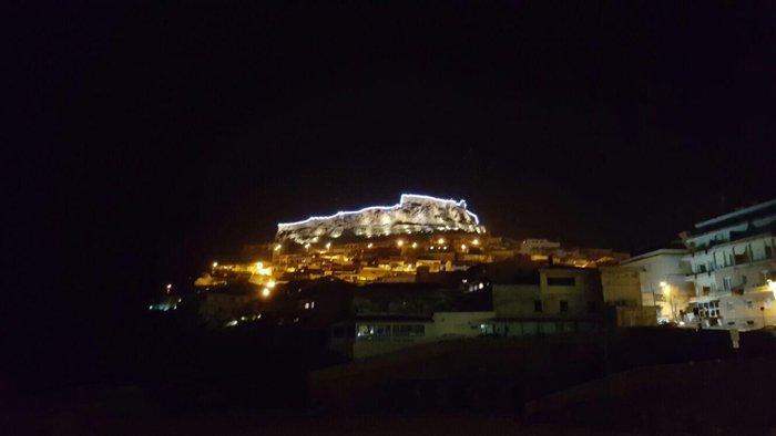 edificio con luminarie natalizie a Castelsardo