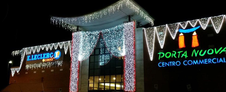 centro commerciale con luci natalizie