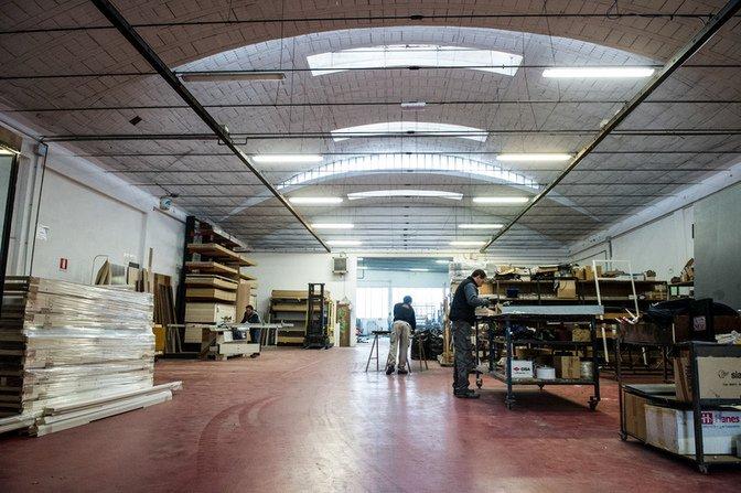 interno di una fabbrica di serramenti con uomini al lavoro