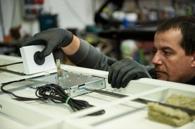 un uomo che utilizza un dispositivo di calibrazione di una serratura