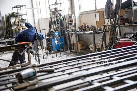 interno di una fabbrica di serramenti  e un uomo al lavoro