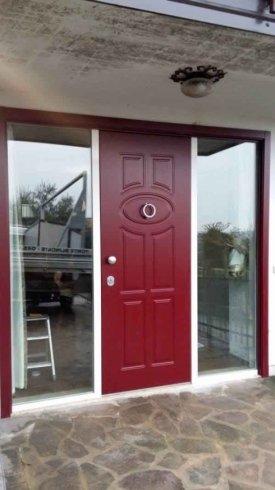 una porta in legno bordeaux
