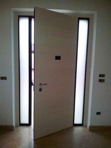 una porta color panna semi aperta