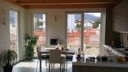 una cucina moderna con vista delle finestre bianche in pvc
