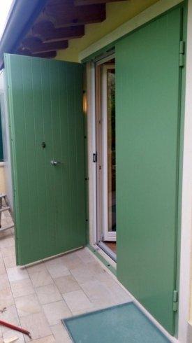 una porta in ferro verde aperta