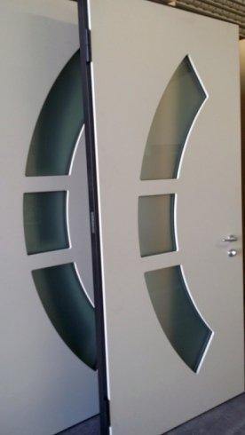 due porte bianche con tre vetri al centro