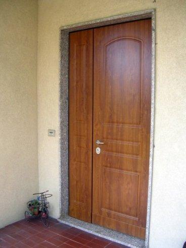 una porta in legno di color marrone