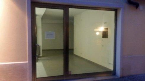 una porta in vetro e pvc e accanto una vetrata