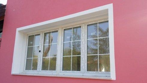 una finestra in pvc bianco vista dall'esterno