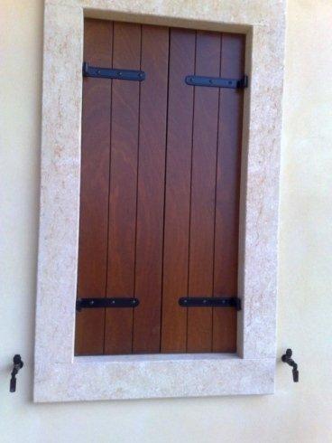 una finestra chiusa con persiane marroni