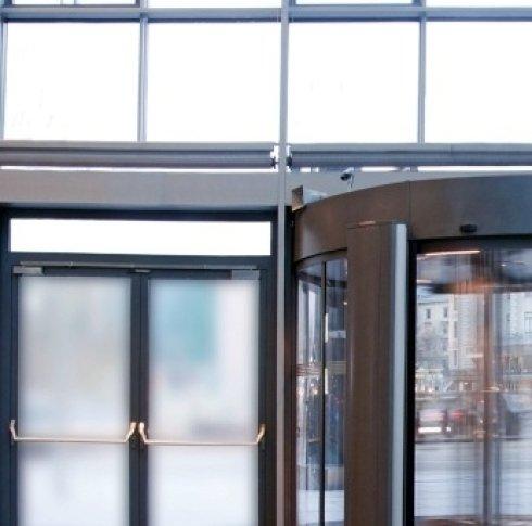delle vetrate e delle porte in vetro con dei maniglioni antipanico