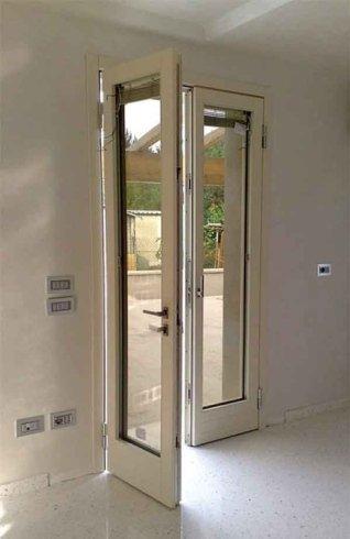 una porta di una finestra in pvc color bianco aperta