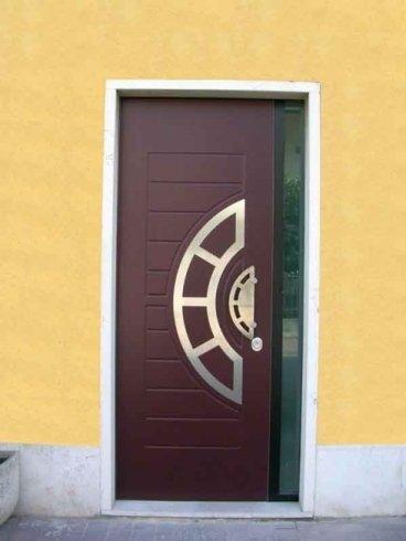 una porta in legno di color bordeaux vista dall'esterno
