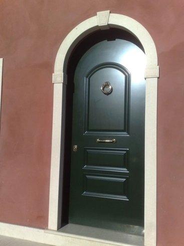 una porta in legno color verde scuro