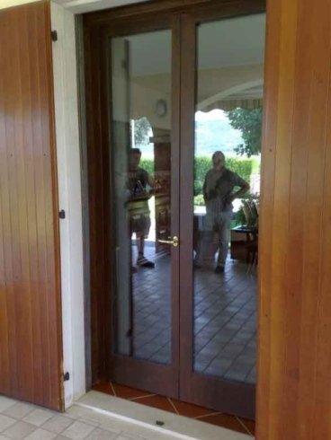 una porta a due ante in legno e vetro