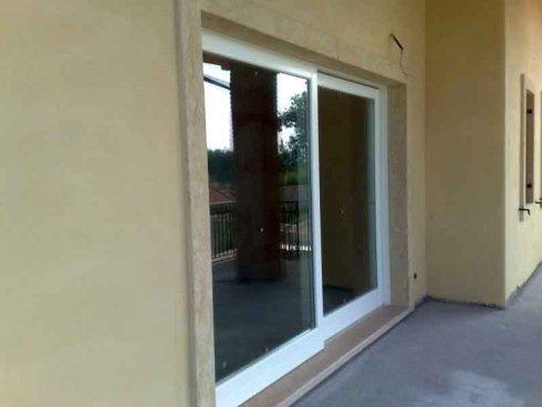 una finestra scorrevole in pvc bianco