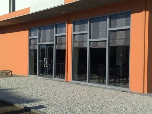 delle vetrate e una porta in uno stabile arancione