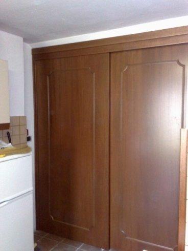 una porta a due ante in legno marrone