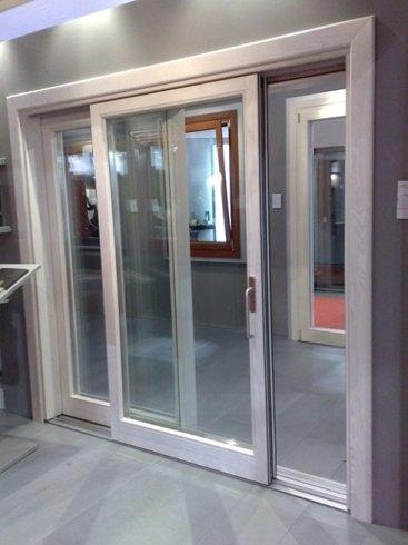 una porta scorrevole in pvc bianco e vetro