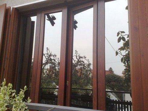 delle finestre in legno viste da fuori