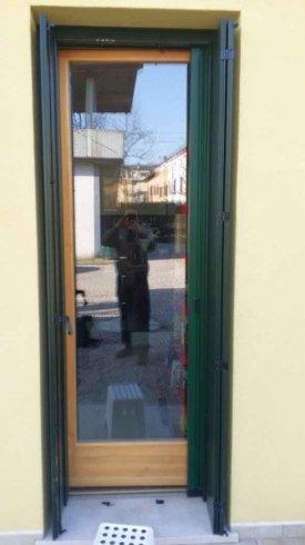 una finestra in legno chiaro e vetro
