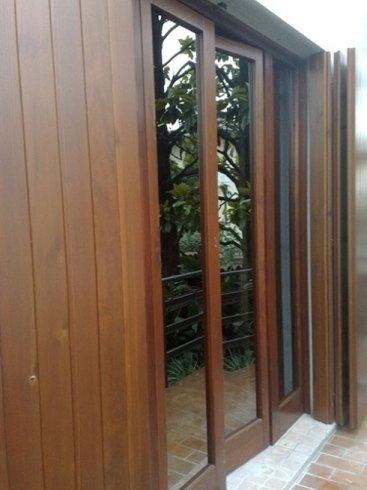 delle finestre in legno e delle persiane viste dall'esterno lateralmente