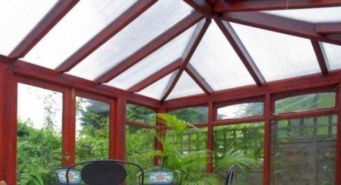 il tetto di una veranda di vetro e pvc di color bordeaux