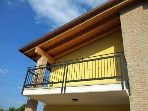 vista di un balcone in una casa gialla