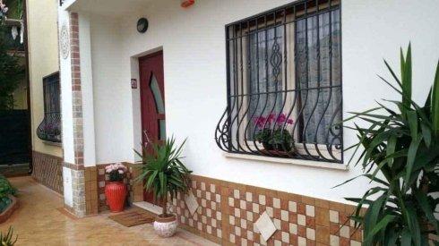 delle griglie anti intrusione alle finestre in un a casa vista dall'esterno