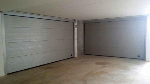 due porte bianche di due garage