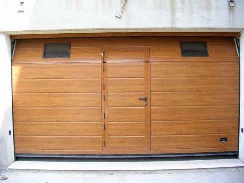 una porta in legno di un garage vista da vicino